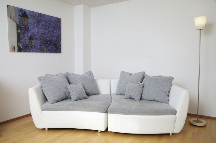 Designer-Sofa in einem Appartement. Foto: samiga • images / fotolia.com